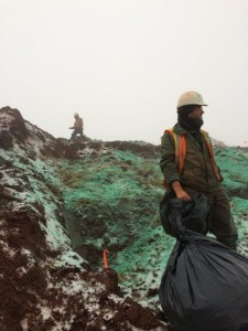 Préparation du site pour l'hydro-ensemenement. Daniel Tarte (T2 Environnement) et Martin Beaudoin Nadeau (Terra Viridis Innovations), en arrière-plan